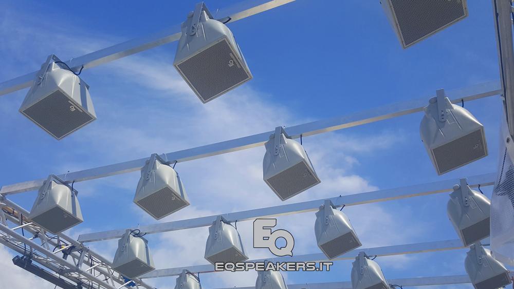 """""""Automatic dynamic configuration """" l'impianto adotta la tecnologia """"Pixel-Sound Dynamic Control"""". Il sistema assume un aspetto intelligente, agendo in modo interattivo con l'ambiente circostante, quindi si auto configura a seconda delle differenti condizioni ambientali, vento, umidità e calore."""